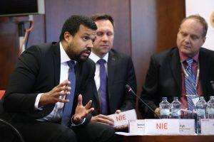 Riaditeľ OP EVS Samuel Arbe diskutuje