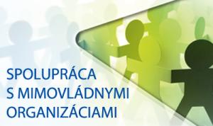 Banner s nápisom Spolupráca s mimovládnymi organizáciami